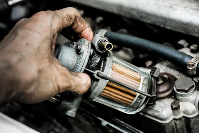Révision d'une voiture sans permis pour changer les filtres et faire la vidange