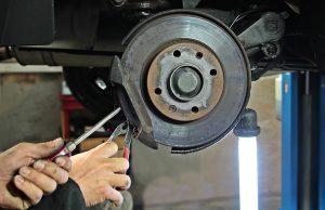 Mécanicien qui fait des réparations sur une voiture sans permis